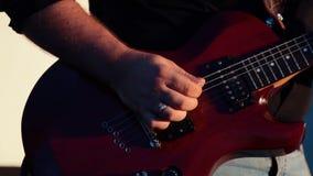 Équipez le guitariste principal jouant la guitare électrique sur l'étape de concert banque de vidéos