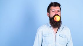 Équipez le hippie beau avec la longue barbe mangeant la pomme La nutrition de régime d'homme mange du fruit Idée toujours bonne s Photo libre de droits