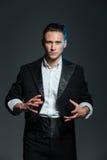 Équipez le magicien dans des tours de création arrières de manteau de queue photos libres de droits