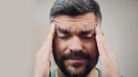 Équipez le mal de tête grave se sentant provoqué par la migraine, visage en gros plan avec émotion clips vidéos