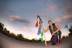 Équipez le milieu d'une route avec le pôle cérémonieux et Photo stock