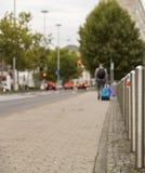 Équipez le mille piétonnier de marche de bout de voyage de valise de touristes de rue Images libres de droits