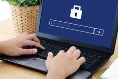 Équipez le mot de passe de dactylographie sur le fond d'écran de labtop, sécurité de cyber Photo libre de droits