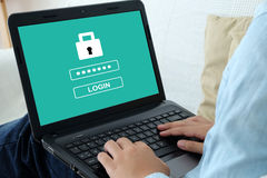 Équipez le mot de passe de dactylographie sur le fond d'écran de labtop, sécurité de cyber Photographie stock libre de droits