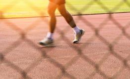 Équipez le mouvement de vitesse fonctionnant sur la voie dans le stade de sport photo stock