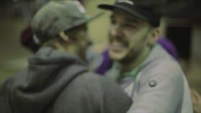 Équipez le patineur de rouleau de congrats dans le chapeau avec le gain sur la concurrence dans le skatepark danser gagnant clips vidéos