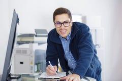 Équipez le penchement au-dessus du photocopieur ouvert pendant le contrôle d'entretien images stock