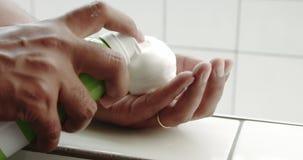Équipez le plan rapproché de main du ` s poussant une mousse dans elle clips vidéos