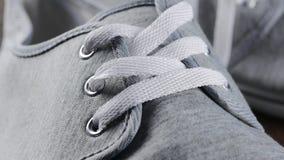 Équipez le plan rapproché occasionnel de détails de bottes - l'inclinaison lente masculine de dentelles et de pifs de chaussures banque de vidéos