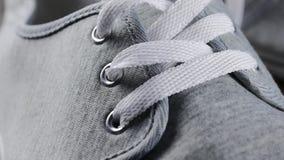 Équipez le plan rapproché occasionnel de détails de bottes - l'inclinaison lente masculine de dentelles et de pifs de chaussures clips vidéos