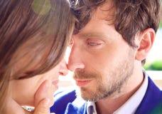 Équipez le regard dans l'amour dans la femme d'oeil Photo stock