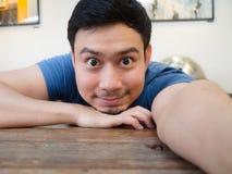 Équipez le selfie lui-même sur la table dans le café et le restaurant image stock