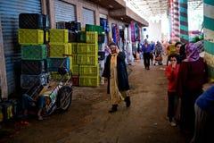Équipez le sommeil dans une poulie de chariot autour du marché de ville photographie stock
