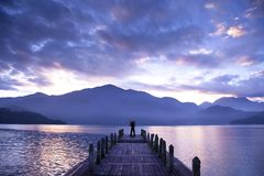 Équipez le stand sur un pilier et observer les montagnes Photographie stock