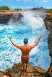 Équipez le support sur la haute falaise et regardez les vagues de rupture photos libres de droits