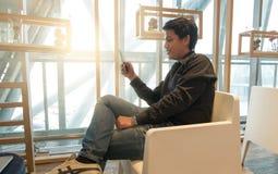 Équipez le téléphone intelligent d'utilisation dans le salon d'aéroport dans le temps de matin Image libre de droits