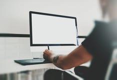 Équipez le travail à l'espace de travail avec l'ordinateur générique de conception sur la table Bureau d'écran vide maquette hori Images stock