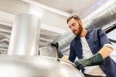 Équipez le travail à la brasserie de métier ou à l'usine de bière Photos libres de droits
