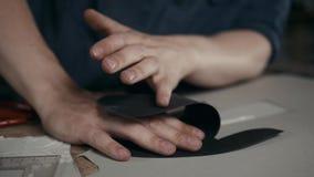Équipez le travail avec le cuir utilisant ouvrer des outils de DIY, cordonnier faisant à métier de bottes de chaussures la fin fa clips vidéos