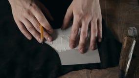Équipez le travail avec le cuir utilisant ouvrer des outils de DIY, cordonnier faisant à métier de bottes de chaussures la fin fa banque de vidéos