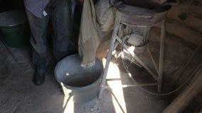 Équipez le travail avec le grain dans la vieille grange de village Images libres de droits