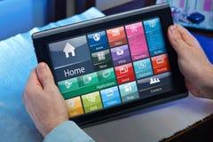 Équipez le travail avec le logiciel du PC de comprimé à la maison Photographie stock libre de droits