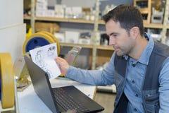 Équipez le travail avec le nouvel ordinateur portable et vérifier des instructions photo libre de droits
