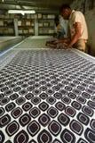 Équipez le travail dans l'industrie textile d'indigo d'impression de bloc Photo libre de droits