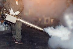 Équipez le travail embrumant pour éliminer le moustique et le virus de zika Photos stock