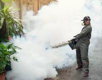 Équipez le travail embrumant pour éliminer le moustique et le virus de zika Photographie stock