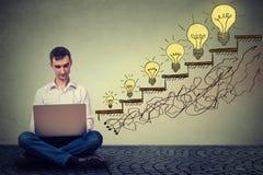 Équipez le travail sur l'ordinateur réussi dans le trafic croissant de site Web d'Internet Photo libre de droits
