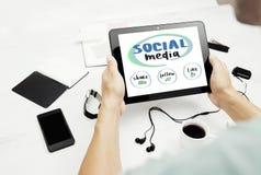 Équipez le travail sur le PC de comprimé avec le concept social de media sur l'écran Image stock