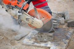 Équipez le travailleur coupant la lame circulaire concrète de diamant d'outil photo stock