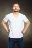 Équipez le type dans la chemise vide avec l'espace vide de copie Photographie stock libre de droits