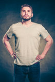 Équipez le type dans la chemise vide avec l'espace vide de copie Photo stock