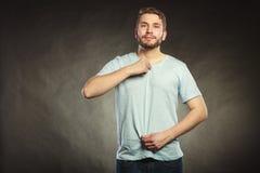 Équipez le type dans la chemise vide avec l'espace vide de copie Photos stock