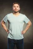Équipez le type dans la chemise vide avec l'espace vide de copie Photographie stock