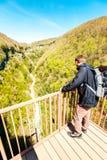 Équipez le voyageur regardant les montagnes vertes de la terrasse de point de vue Photographie stock libre de droits