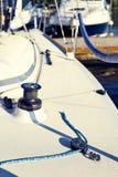 Équipez le yacht des accolades pour le spinnaker images stock