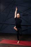 Équipez le yoga avancé de pratique sur un fond urbain photographie stock libre de droits