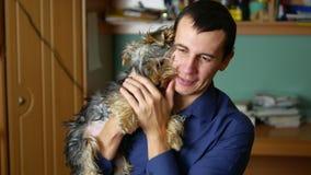 Équipez les étreintes animal familier et baisers une amitié d'intérieur de chien Photo libre de droits