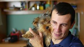 Équipez les étreintes et les baisers une amitié d'animal familier de chien Photos stock