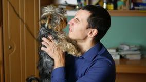 Équipez les étreintes et les baisers une amitié d'intérieur d'animal familier de chien Photos libres de droits
