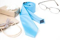 Équipez les accessoires du ` s et le boîte-cadeau, jour du ` s de père, concept de vacances Photographie stock