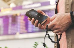 Équipez les bras maintenant livre sacré et des accessoires dans le bras Photos libres de droits