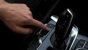 Équipez les commutateurs le mode moteur dans la voiture banque de vidéos