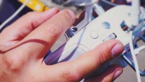 Équipez les contrôles la console du ` s d'hélicoptère, plan rapproché de main du ` s d'homme, pupitre de commandes, bourdon de ge banque de vidéos