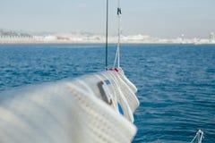 Équipez les cordes nautiques d'attachés pour mettre la voile Image libre de droits