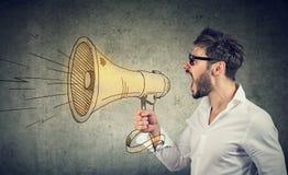 Équipez les cris dans le haut-parleur bruyant image stock