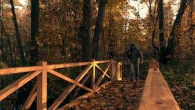 Équipez les croix un pont en bois pendant l'automne banque de vidéos
